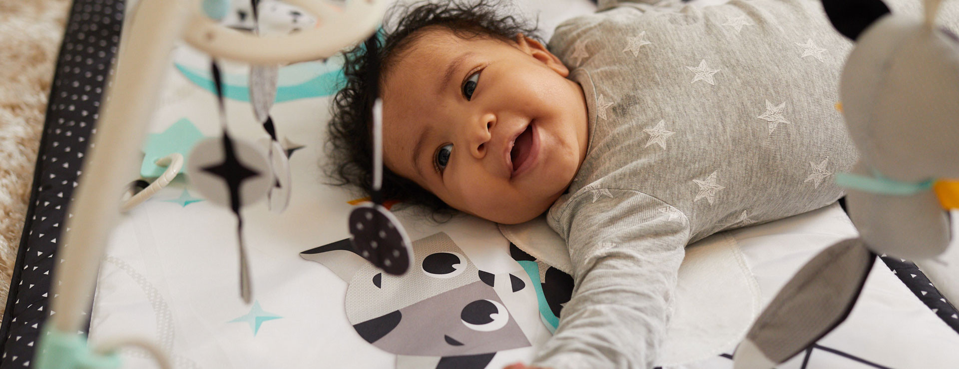 Geometric black & white shapes stimulate baby's vision